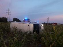 Dachowanie busa w Zdzieszowicach, kierowca wypadł przez okno w drzwiach