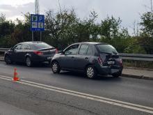 Ciężarówka, dostawczy Fiat i osobówka zderzyły się na wiadukcie w Opolu. Są utrudnienia