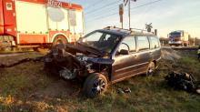 Wypadek w Opolu-Groszowicach. 54-latek wjechał samochodem wprost pod pędzący pociąg