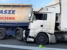 Samochód ciężarowy z naczepą najechał na kolumnę pojazdów. Są ranni