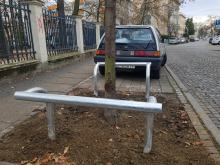 Metalowe barierki przy drzewach na Pasiece. Zdania mieszkańców są podzielone