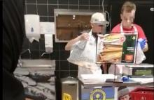 Czytelnicy alarmują: Żywe karpie w foliowych torbach w Carrefour. To terroryzm!