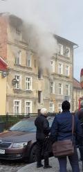 Strażacy walczą z pożarem kamienicy w Głuchołazach, ewakuowano 5 osób