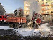 Przypadkowi kierowcy gasili ciężarówkę w centrum