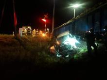 Komprachcice: auto wjechało pod pociąg, w środku podróżowały 4 osoby