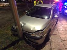 Samochód wjechał w latarnię. Ranna pasażerka