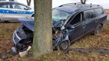 33-latek zasnął za kierownicą i wjechał w drzewo
