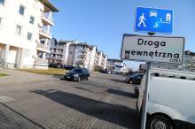 <i>(Wyjątki to strefy ruchu i strefy zamieszkania wyznaczone na drogach wewnętrznych, gdzie obowiązują jednoznaczne przepisy.)</i>