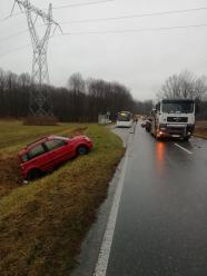 72-latek chciał zawrócić i wjechał pod ciężarówkę. DW 409 zablokowana