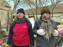 Starsi ludzie stracili wszystko. Koczują pod spalonym domem z nadzieją, że nadejdzie pomoc