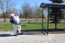 Pracownicy Zakładu Komunalnego odkażają wiaty przystankowe