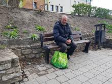 Bezdomny twierdzi, że został ukarany mandatem za jedzenie na ławce