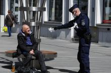 Policjanci rozdawali własnoręcznie uszyte maseczki mieszkańcom Opola