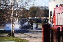 Strażacy gasili pożar samochodu i przyczepy kempingowej
