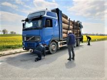 Zły stan techniczny, brak zezwoleń i nielegalny tachograf. Zatrzymano transport drewna