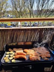 Gdzie grillować podczas majowego weekendu? Rozpalenie grilla na balkonie skończy się karą?