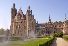 Można wejść do parku w kompleksie parkowo-pałacowym Moszna Zamek