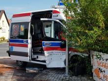 Kolizja w Opolu. Ambulans po zderzeniu wypadł z drogi i uderzył w ogrodzenie posesji