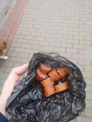 Ktoś podrzucił kiełbasę z gwoździami na osiedlu w Oleśnie. Sprawa zgłoszona na policję