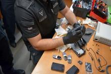 Udaremniono przemyt telefonów komórkowych do więzienia. Były w zasilaczu do konsoli