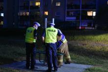 Strażacy przybyli z pomocą dziewczynce, której noga utknęła w urządzeniu sportowym