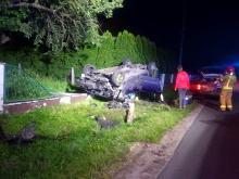 Schodnia: 30-letni kierowca uderzył w ogrodzenie posesji i dachował