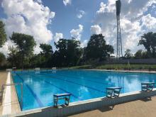 Na basenie letnim rozpoczęto sezon kąpielowy. Obowiązkowe maseczki i dystans