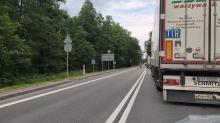 Samochód ciężarowy przewrócił się na DK 46. Droga zasypana żwirem