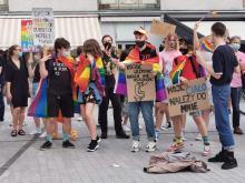 """Młodzież LGBT manifestowała na Placu Wolności. """"Jesteśmy ludźmi, nie ideologią"""""""
