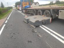 Ładunek z samochodu ciężarowego spadł na jezdnię. Zablokowana krajowa