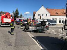 Zderzenie pojazdów na skrzyżowaniu Oleskiej i Wiejskiej. Ranna 82-letnia kobieta