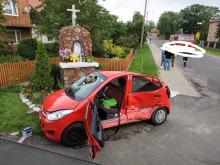 Zderzenie pojazdów na skrzyżowaniu w powiecie oleskim. Dwie osoby zostały ranne