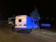 Przyczepa kempingowa staranowała znaki drogowe na Oleskiej. Sprawca odjechał