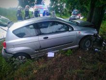 Stracił panowanie nad pojazdem i uderzył w drzewo. Kierowca z dzieckiem w szpitalu