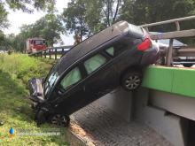Wypadek w Strobicach w powiecie nyskim. Po zderzeniu auto zawisło na barierkach