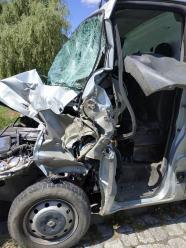 Młyny: Zderzenie samochodu dostawczego z kombajnem zbożowym. Dwie osoby w szpitalu