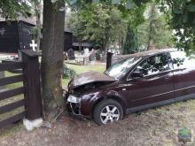 Kierujący audi ściął uliczną latarnię, ogrodzenie cmentarza i zatrzymał się na drzewie
