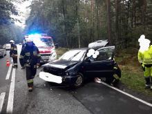 Volkswagen wpadł do rowu. Wypadek na DK45