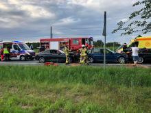 6 samochodów zderzyło się w Dąbrowie. Dwie osoby zabrane do szpitala