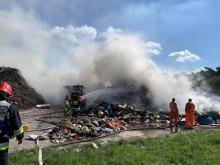 Kilkanaście zastępów straży walczy z pożarem wysypiska w Kędzierzynie-Koźlu