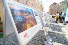 Pod opolskim Ratuszem stanęła plenerowa wystawa z okazji 30-lecia samorządu