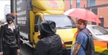 """Przedstawiciele Tęczowego Opola zatrzymali """"homofobus"""". Duże korki w centrum miasta"""