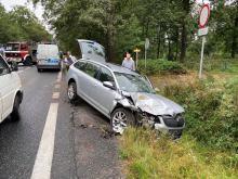 Wypadek na DK 46 za Dąbrową. 23-latek uderzył w kilka pojazdów, trafił do szpitala