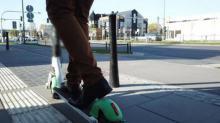 Elektryczne hulajnogi, deskorolki oraz rowery -  policjanci podpowiadają jak korzystać
