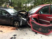 Czołowe zderzenie pojazdów na Luboszyckiej. Ranna matka z dziećmi