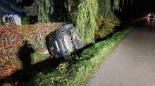 Kierowca Mazdy zakończył jazdę w rowie. Był pijany