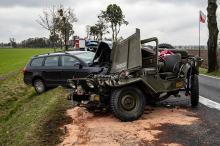 Niebezpieczne zdarzenie pod Kluczborkiem. Po zderzeniu kierowca wypadł z pojazdu