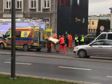 Śmieciarka potrąciła starszą kobietę idącą chodnikiem. Wypadek na ulicy Oleskiej w Opolu