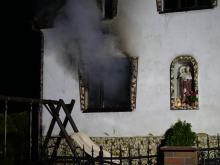 11 zastępów straży walczy z pożarem domu jednorodzinnego