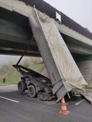 Nietypowe zdarzenie na A4. Samochód ciężarowy zatrzymał się na wiadukcie